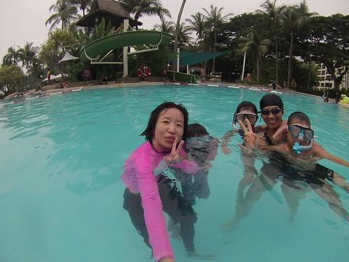 游泳池戲水
