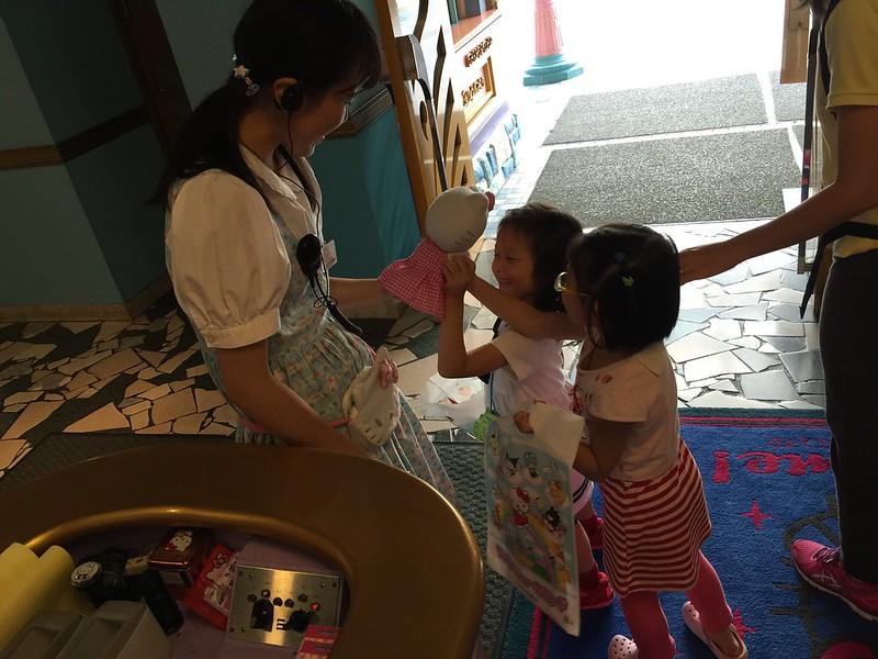和門口服務人員玩起來的寶妹和 Zoey