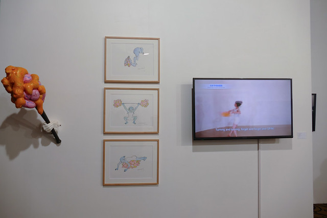 ストレスフルな日本社会の自殺を減らすために考案された岡田裕子の《モヤモヤ棒体操》(ミズマギャラリー(東京、シンガポール))はたくさんの人が見入っていました。