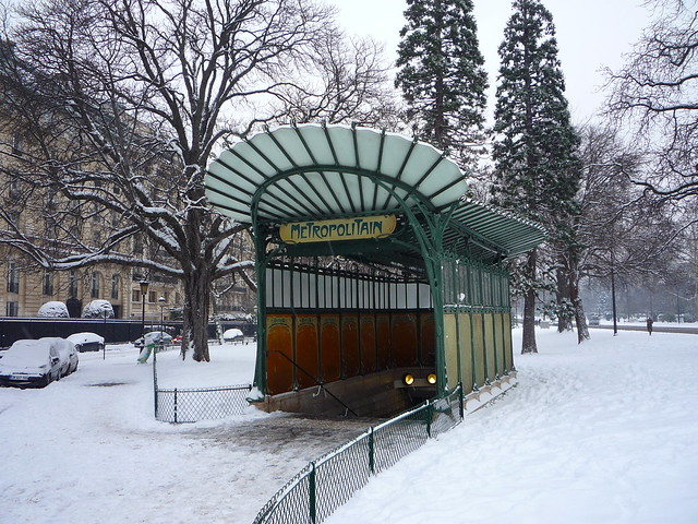Porte Dauphine station in snow