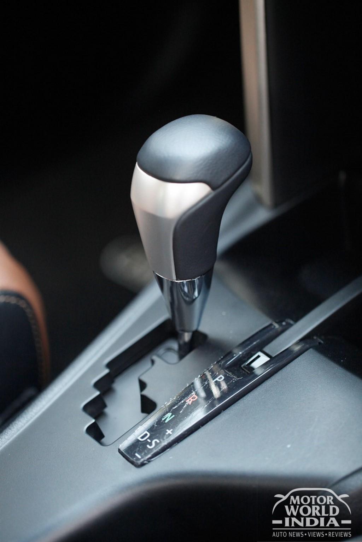 Toyota-Innova-Crysta-Interior-Gearlever (4)