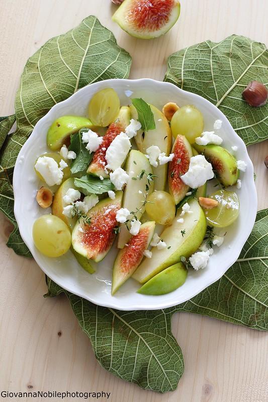 Ricetta dell'insalata con formaggio caprino, pere, fichi, uva e nocciole