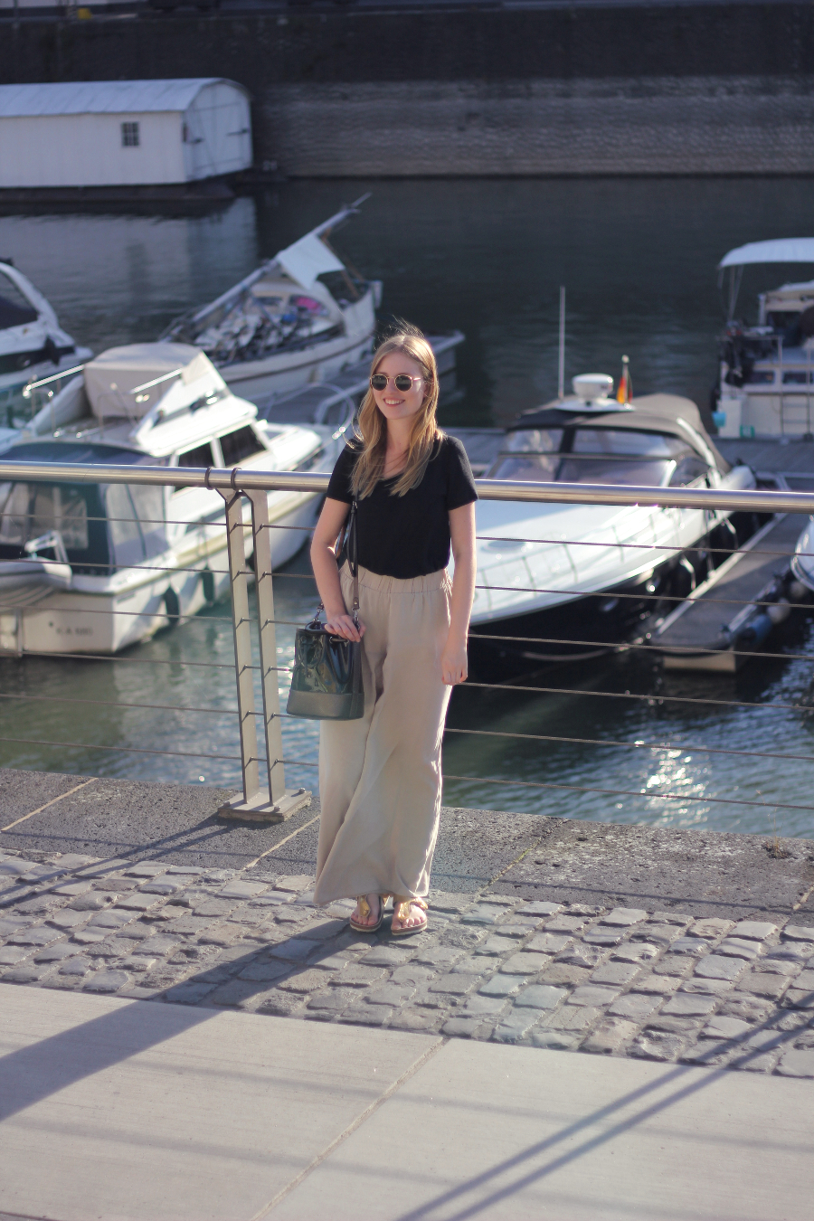 outfit sommer lachen rayban palazzo hose shirt boote bucketbag sandalen urlaubs feeling