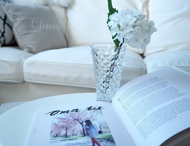InspiarationHomeBookP8174511,AlexaDagmarKirjaNuorenNaisenOpasP8174529,NuorennaisenopaskirjaalexadagmarP8174545, alexa dagmar, blogger, bloggaaja, kirja, book, nuoren naisen opas, a young woman's guide, fashion, lifestyle, muoti, blogi, oma tie, own way, opas, guide, book, inspiration, inspiration, book tips, kirja vinkit, pink pastel color book, vaalean pinkki kirja, pink candle, alexa dagmar nuoren naisen opas, kristalli lasimaljakko, white hydrangea,