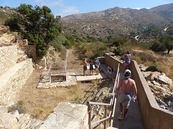 en bas, l'aqueduc romain