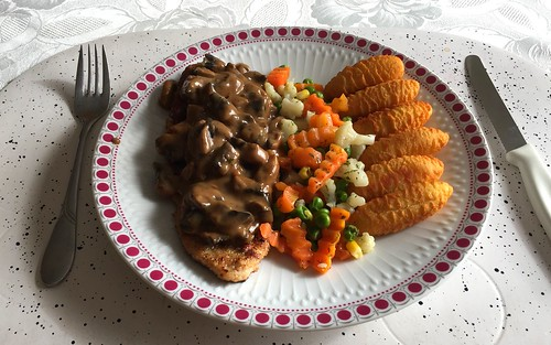 "Pork escalope with mushroom sauce, buuter vegetables & croquettes / Schweineschnitzel ""Jäger Art"" mit Buttergemüse & Kroketten"