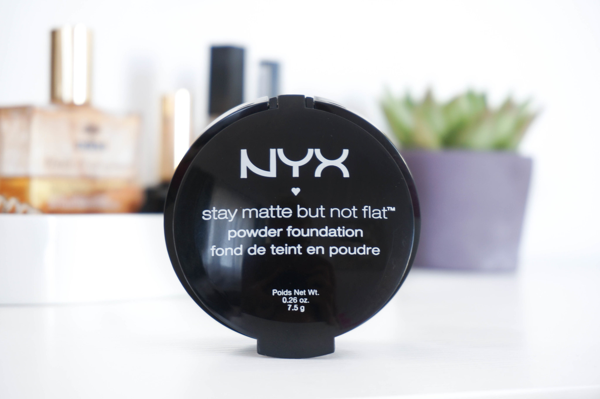 NYX-stay-matte-but-not-flat-powder-foundation-review-kompaktinis-makiazo-pagrindas