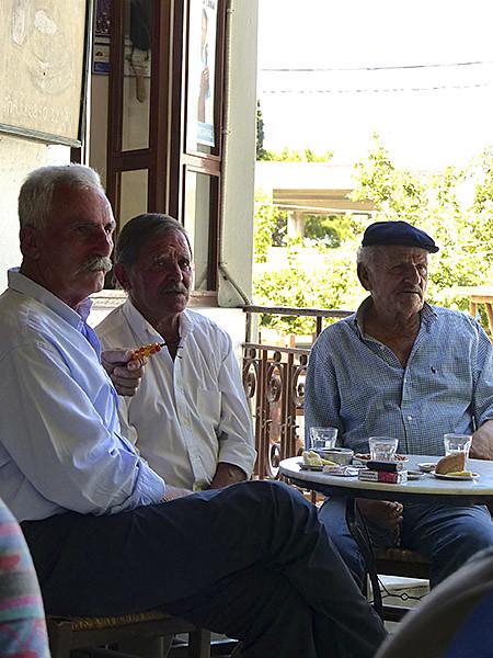 trois messieurs au kafeneion de filoti