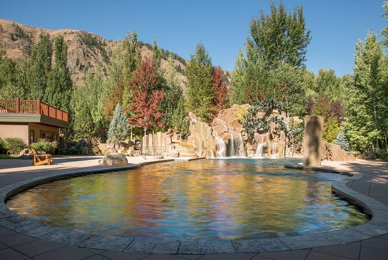 Бассейн с водопадом на заднем дворе