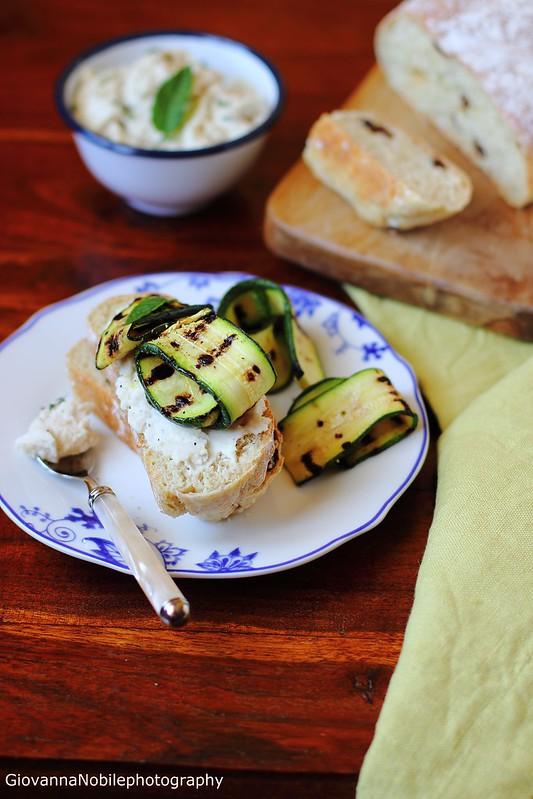 Ricetta dei panini all'uvetta con hummus di fagioli cannellini di Colfiorito e zucchine grigliate