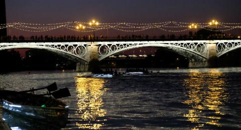 Fotonoticia: Triana rema a la luz de la luna