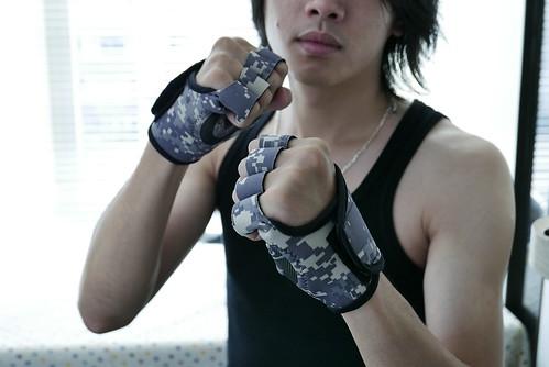 健身也不忘放閃!讓我和男友在健身房羨煞眾人的情侶健身手套 (2)