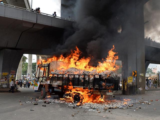 बंगलुरु में जलती एक ट्रक