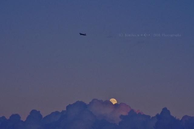 月の出とヒコーキ