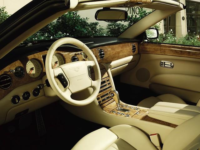 Водительское место в Bentley Azure. 2007 – 2008 годы