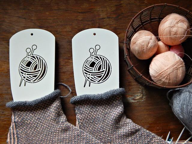 двухцветные носки на красивых блокираторах | horoshogromko.ru