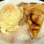 The Little French Restaurant in London: Apple Pie with Icecream