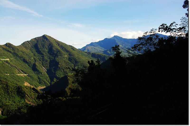 登山步道北眺群山(左至右,德文、大母母、麻留賀) 4