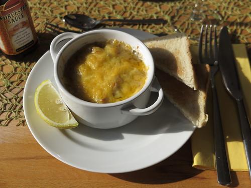 Würzfleisch mit Käse überbacken, Zitrone, Worchestersoße und Toast