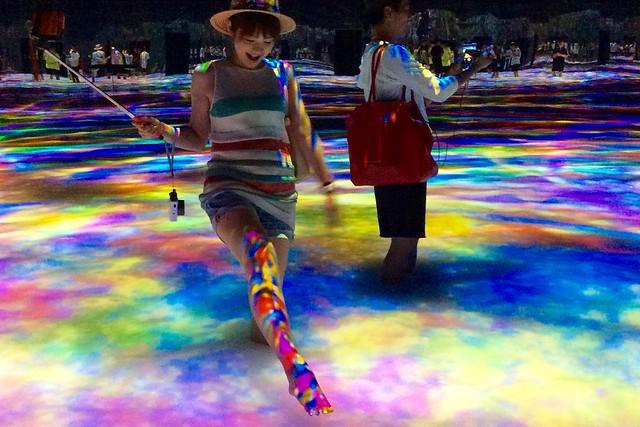 「Infinity」なぜか女子はみなさんこうして足にプロジェクションを投影したがります。 DMM.プラネッツ Art by teamLab