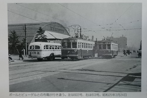 ポールとビューゲルとの市電が行き違う。左は822号、右は613号。昭和25年3月24日
