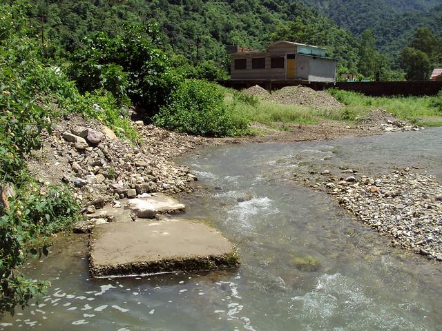 घुत्तु गाँव में गंधक के पानी का चश्मा से निकलती हुई नदी