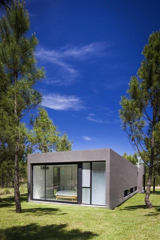Практичный одноэтажный дом L House. Проект Estudio PKa
