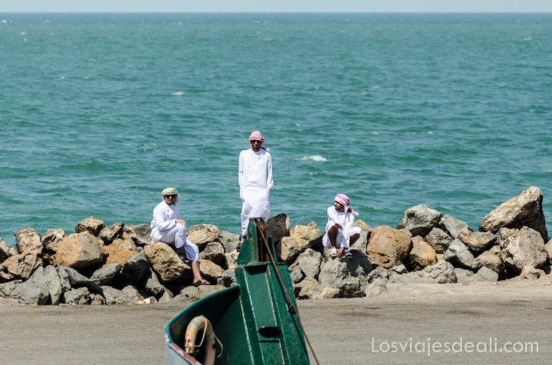 omaníes en el puerto de Masirah