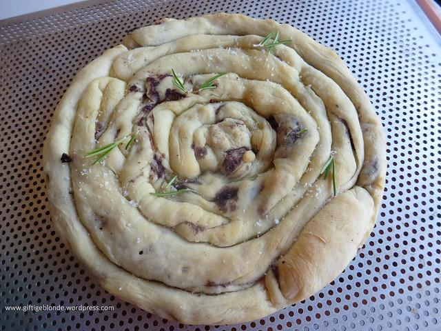 Pizza - synchronbacken Pizzateigschnecke mit Pate aus Oliven und getrockneten Tomaten