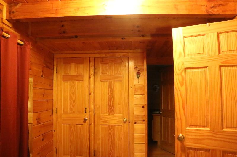 log-cabin-bathroom-16