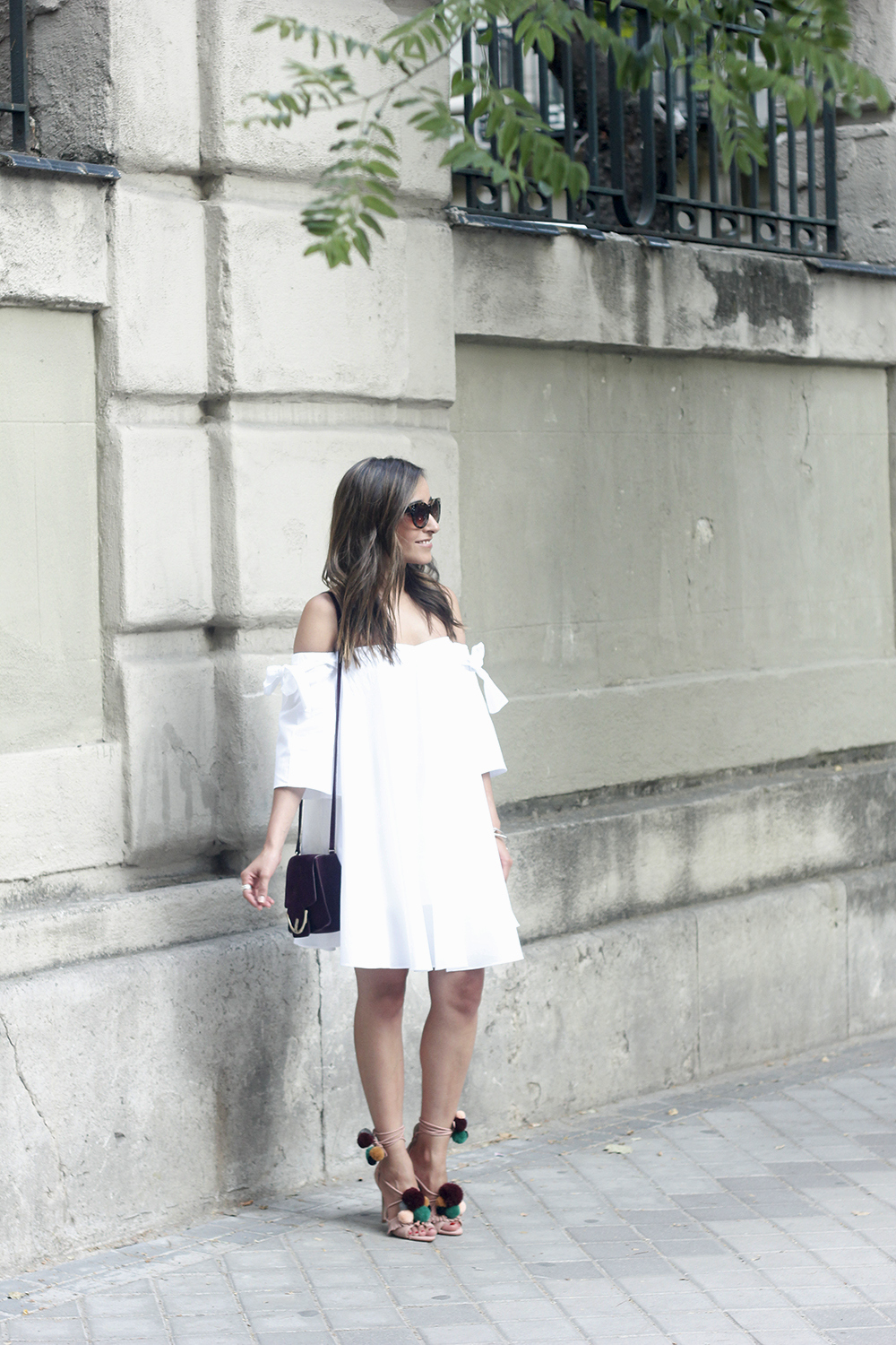 white off the shoulders dress sandals with pompoms burgundy uterqüe bag sunnies summer outfit07