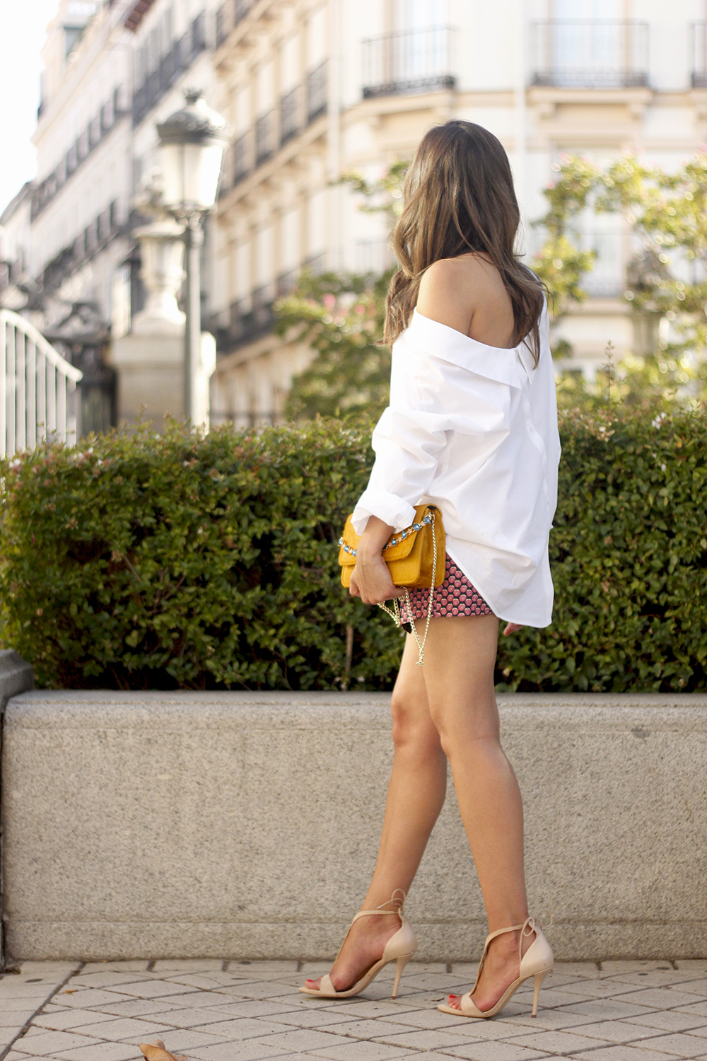 White shirt with printed shorts uterquë bag summer outfit style heels17