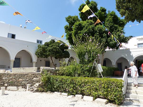 jardin de la cathédrale de Paros