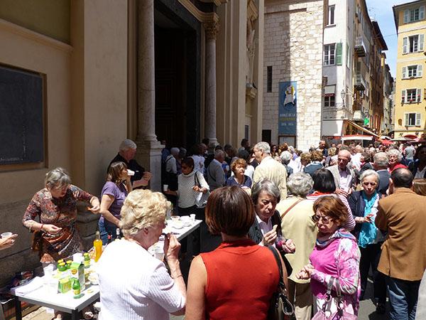 devant la cathédrale de Nice