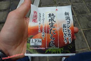 P1060699 Un oniguiri de huevas para coger fuerzas (Fukuoka) 14-07-2010