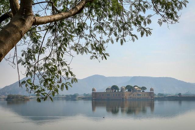 Misty Jal Mahal (Water Palace) on the lake, Jaipur, India ジャイプール、靄がかかった水の宮殿