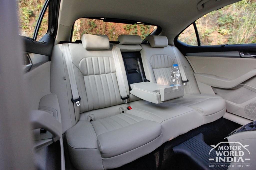 2016-Skoda-Superb-Rear-Seat (2)