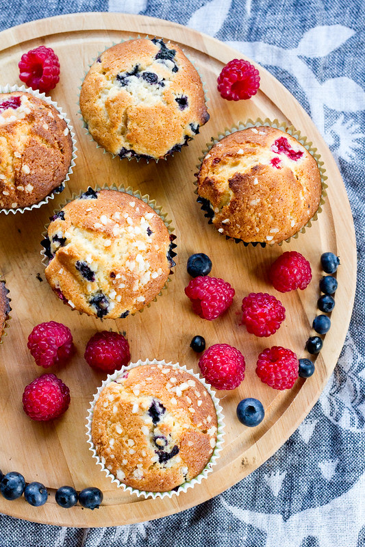Kuningannamuffinid ehk vaarika-mustikamuffinid. Raspberry and blueberry muffins.