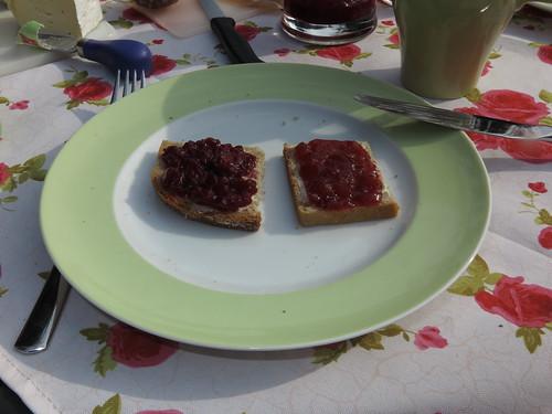 Kirsch- und Erdbeermarmelade auf Vollkornbrot