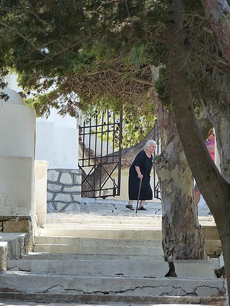 vieille dame au cimetière de Lefkes