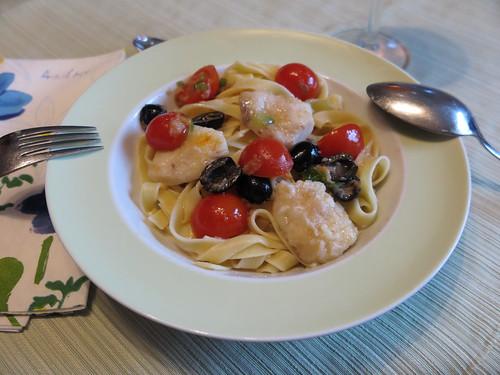 Seeteufelbäckchen in einer Soße mit Oliven und Tomaten (2. Teller)