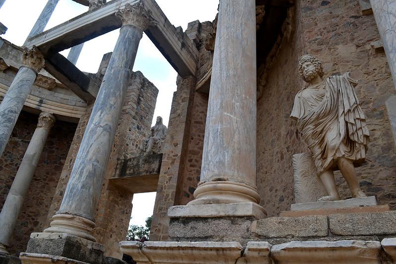 Emperadores divinizados y la diosa Ceres en el Teatro romano de Mérida