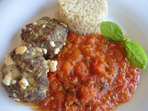 Faschierte Laberl aus Rindfleisch mit Feta, Paradeiser Paprikasauce, Bulgur