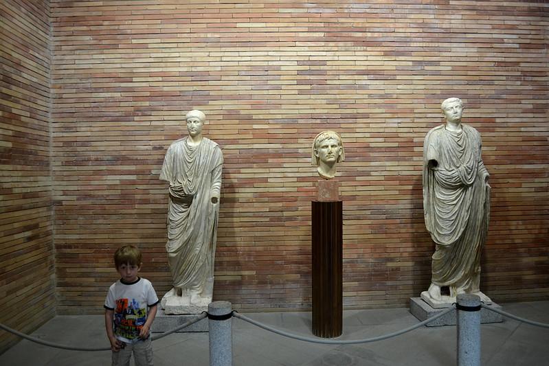 El Augusto de Mérida flanquado por dos ilustres romanos y un bleguerito.