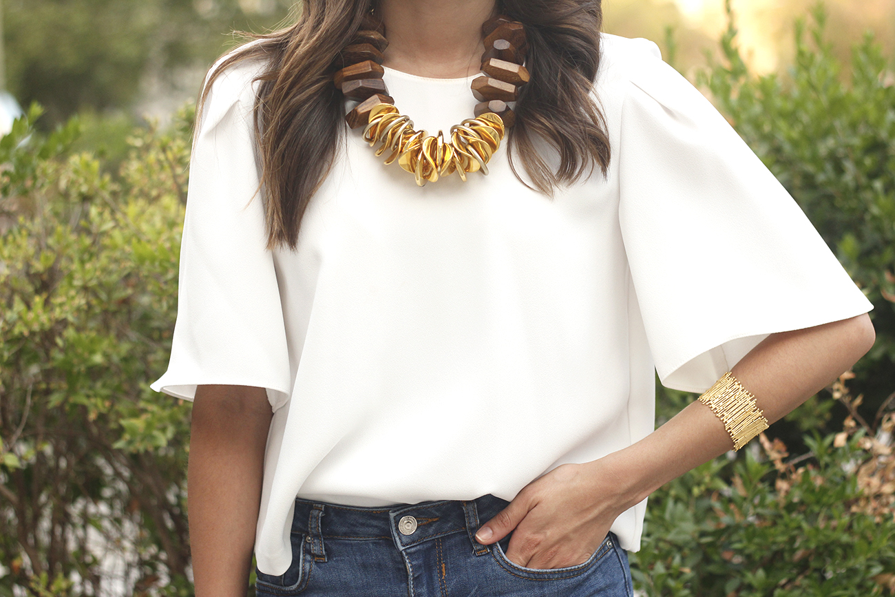 White blouse jeans golden and wood necklace jewellery corte ingles joyería verano summer outfit style1