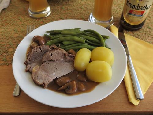 Schweinebraten mit Champignonsoße, Butterbohnen und Salzkartoffeln
