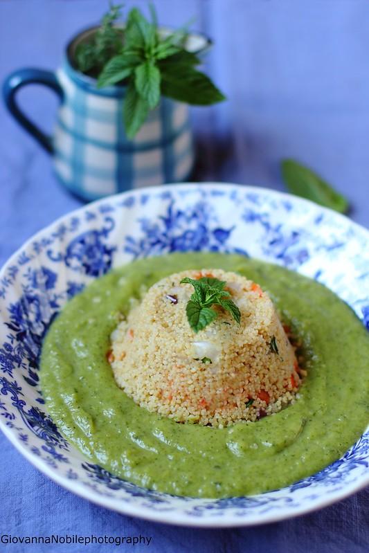 Ricetta del cous cous con carote, cipollotti, olive ed erbe aromatiche su crema di zucchine