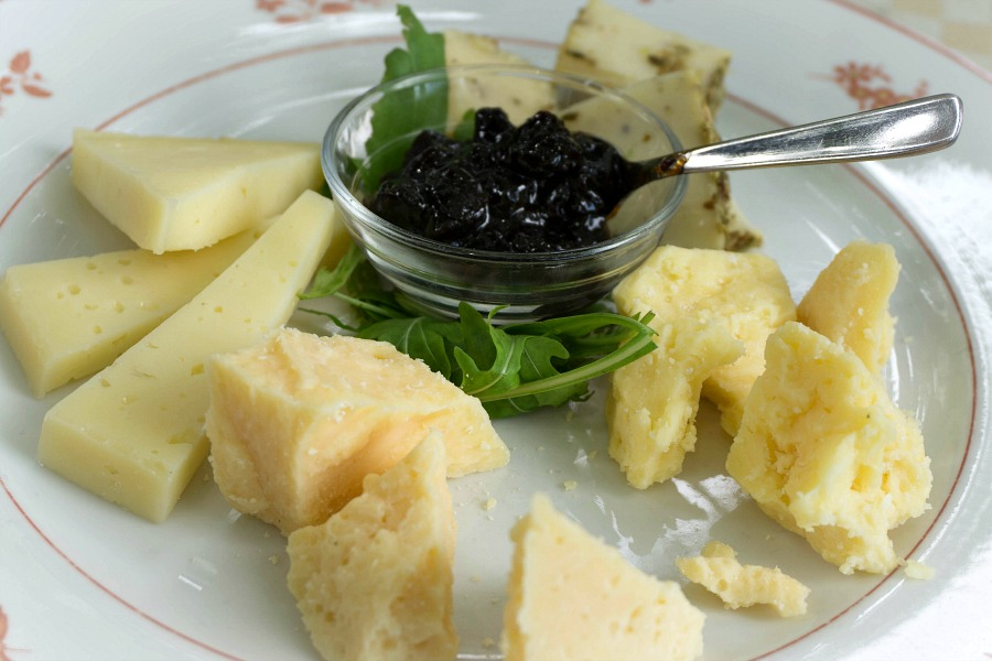 Artisan cheese and local preserves at La Subida