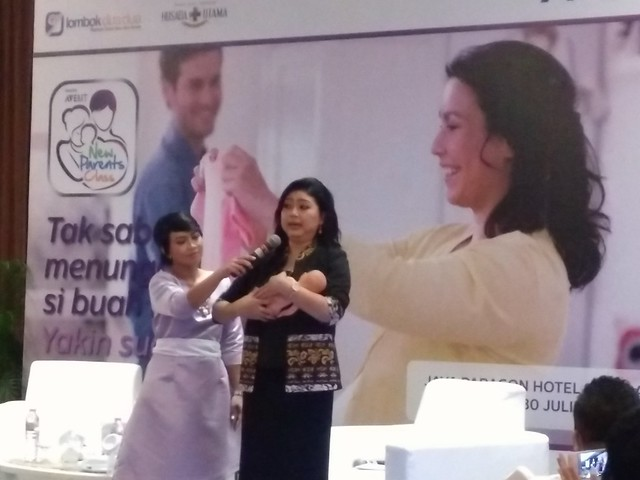 dr. Dian Pratamastuti Sp.A menunjukkan posisi menyusui bayi yang benar