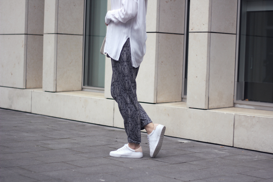 outfit bluse paisley hose sneaker gemütlicher look casual street fashionblog